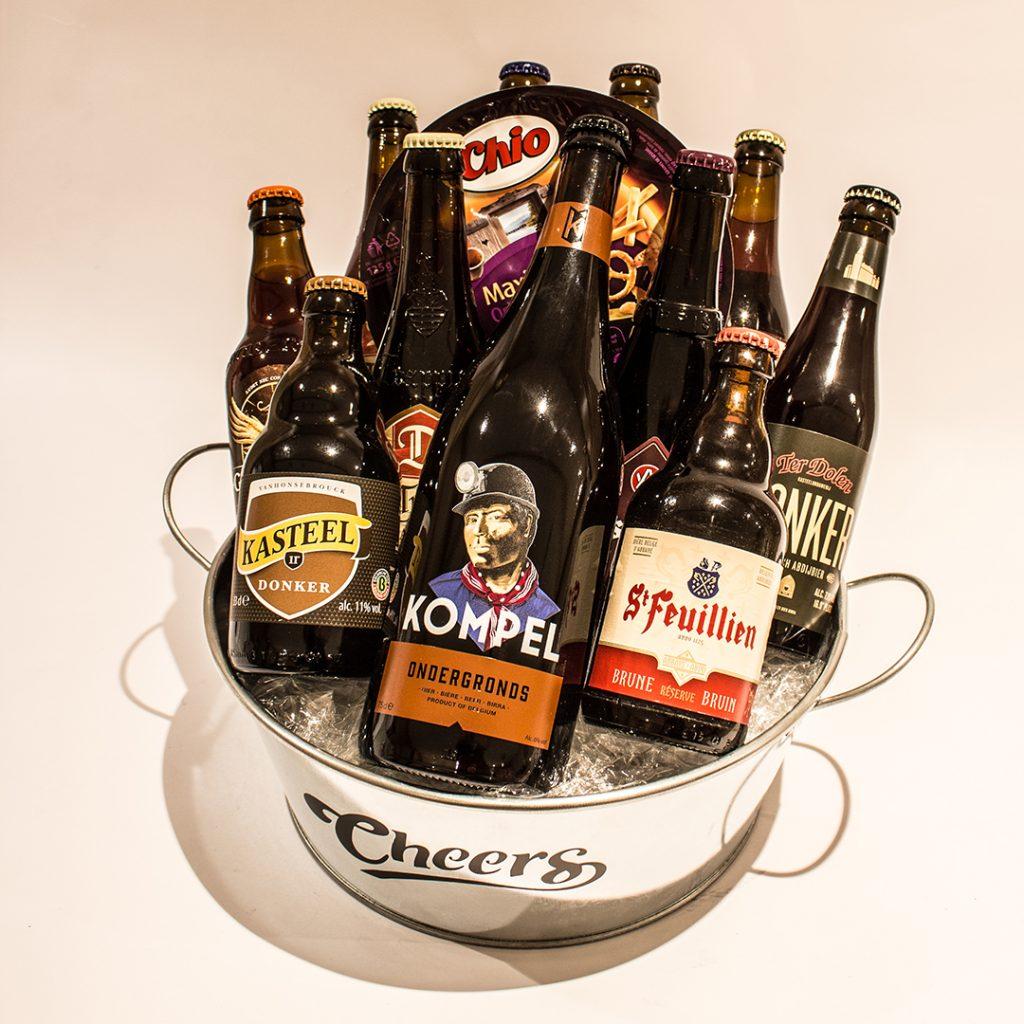 Een bierkorf gevuld met donkere bieren ter waarde van 30 euro