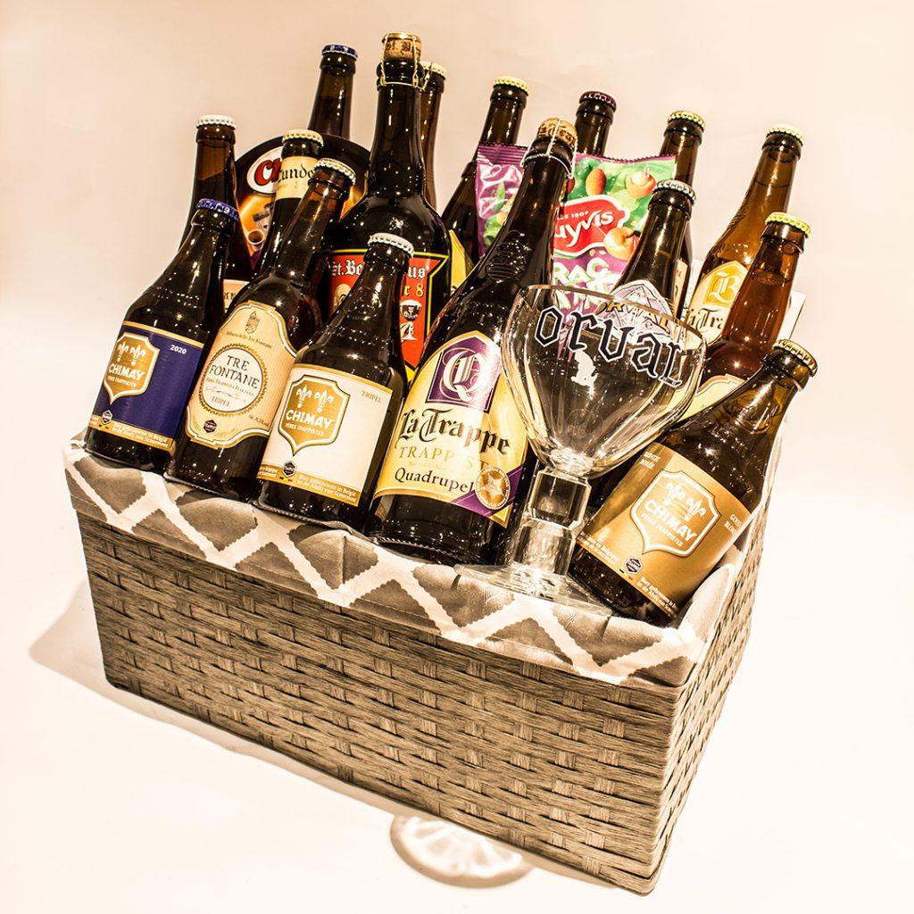 Een biermand gevuld met trappistenbieren, glas en knabbels ter waarde van 60 euro